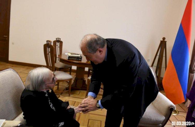 Президент Саркисян провел телефонный разговор с Маргаритой Дарбинян-Меликян, ветераном Великой Отечественной войны