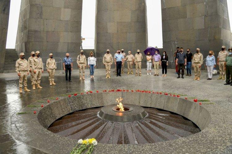 Российские военнослужащие возложили цветы к Вечному огню в память жертвам Геноцида армян